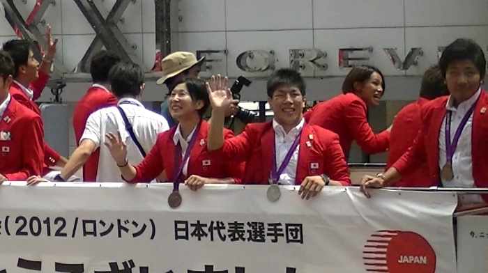 ロンドンオリンピックのメダリストが銀座でパレード 柔道選手団、後ろに松本 薫選手がいるのを忘れるな
