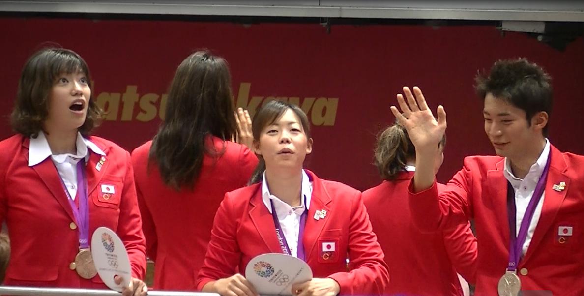 ロンドンオリンピックのメダリストが銀座でパレード 入江君、星さん、上田さんびっくりしすぎ!と思いきやメインは、後ろ姿の寺川さん