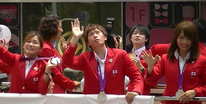 ロンドンオリンピックのメダリストが銀座でパレード 川澄選手、鮫島選手、高瀬選手の後ろに内村君