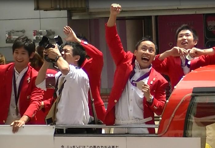 ロンドンオリンピックのメダリストが銀座でパレード フェンシング、太田選手大はしゃぎ