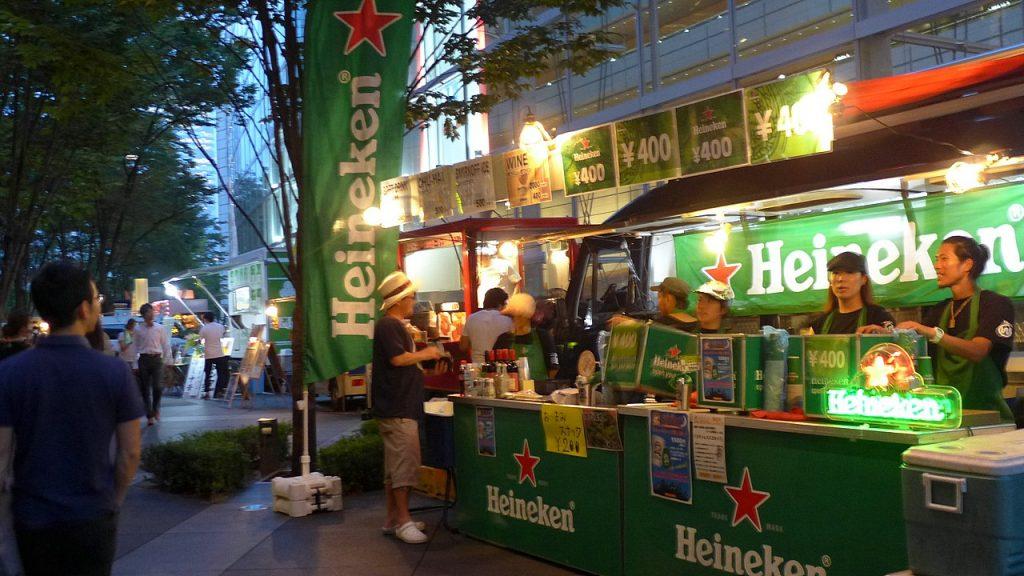 緑豊かな地上広場で大好評のビアガーデン