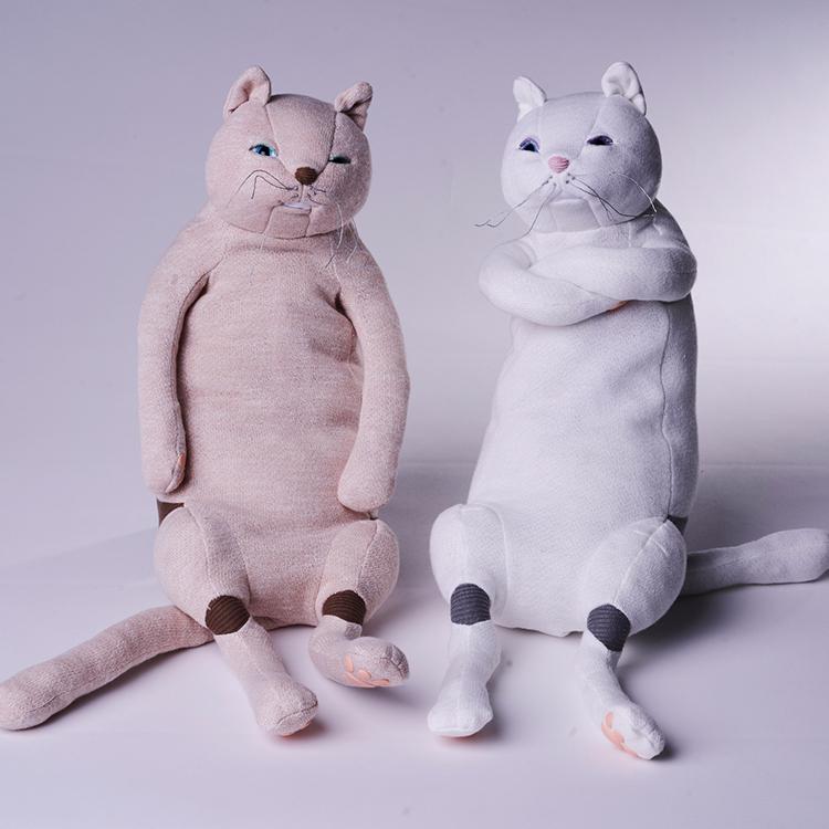 9階 リビング <リビングハウス> なんともいえない表情と、柔らかな抱き心地がくせになる猫のぬいぐるみ。 <リビングハウス>猫ぬいぐるみ 税込17,600円
