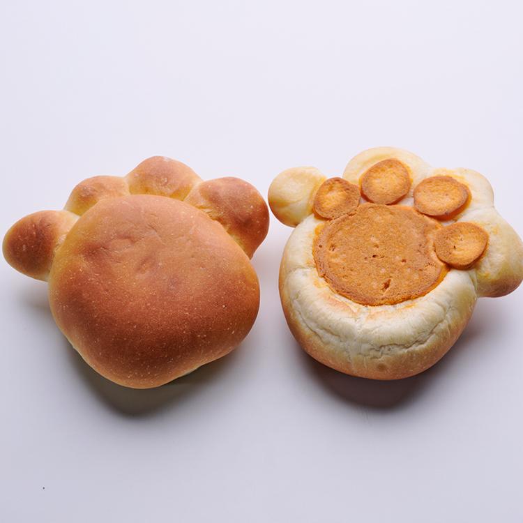 地階 ベーカリー <ポール・ボキューズ ベーカリー> 猫の肉球をイメージしたパンで肉まんの具を包みました。 <ポール・ボキューズ ベーカリー>肉球パン(1個) 税込216円 期間限定