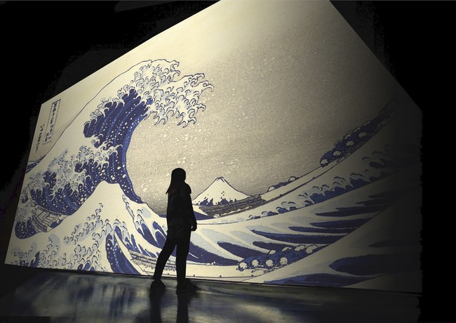 3面ワイド45m巨大スクリーン映像と音楽のコラボによる、未知のアート体験