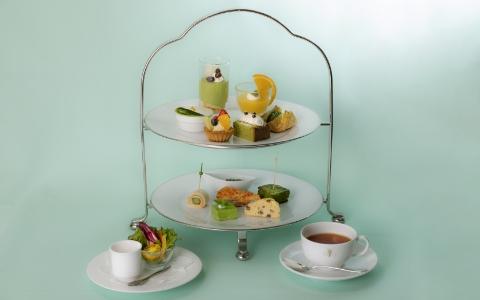 アフタヌーンティーセット Afternoon tea set ¥4,000 (¥3,306) 新緑のさわやかな風を感じる季節にぴったりのスイーツをご用意しました。バリエーション豊かな味わいを是非ご堪能ください。 *ご提供時間 14:00-17:30(最終入店 16:00)