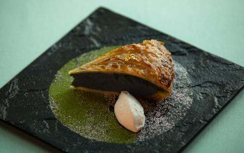 抹茶のガレット・デ・ロワ Matcha Three Kings Cake ¥1,669 (¥1,380) 何層にも重なるサクサク生地と、抹茶を多めに配合したオリジナルの特製クリームをたっぷりと使用。贅沢なオトナの味わいをお楽しみください。