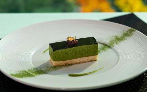 抹茶のレアチーズケーキ Matcha no-bake cheesecake ¥1,415 (¥1,170) 抹茶の苦味を効かせたくちどけのよいレアチーズケーキ。2層のマリアージュをご堪能ください。