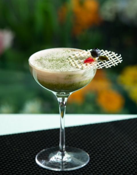 """抹茶のカクテル """"ジャルダン・ヴェール"""" Matcha Cocktail """"Jardin vert"""" ※ノンアルコールもご用意可能です。 ¥1,395 (¥1,153) 庭園をモチーフにしたオリジナルカクテル。是非トッピングのホワイトチョコを割り入れてお召し上がりください。"""